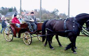 Poul Poulsen og borgmester Anny Winther ankom standsmæssigt i hestevogn.
