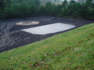 Amfiteatret og bålpladsen tager form i december 2004.