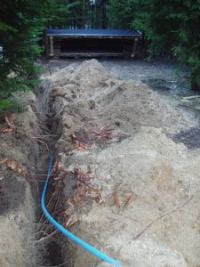 Der lægges vandrør til udekøkkenet ved shelters.