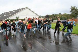 En flok børn tager løbebanen i brug!