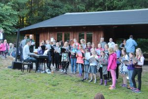 Kirkens børnekor sang for til fællessangene.