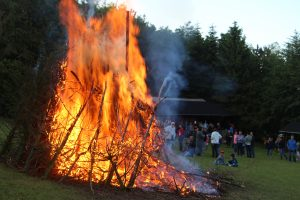 Bålet brændte lystigt og de mange fremmødte så på.