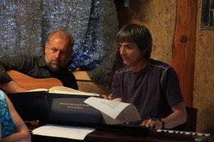 I maj 2010 spillede disse to velkendte herrer til fællessange i Natur-Teknik-hytten.