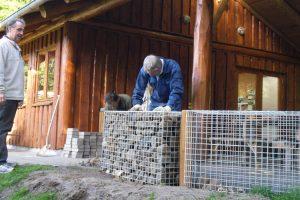 Dagen arbejde blev afsluttet med etablering af solidt gærde ved Natur-Teknik-hytten.