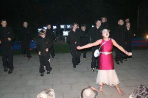 Da mørket faldt på var det et hold fra Støvring Højskole, der sammen med lokale børn og unge gav en forestilling.